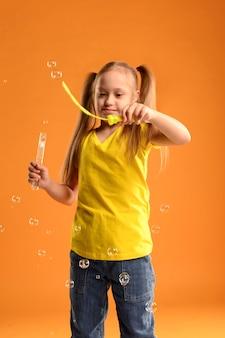 Вид спереди молодая девушка играет с пузырьками