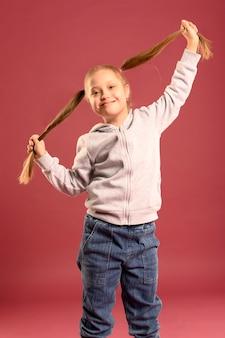 Портрет очаровательны молодая девушка позирует