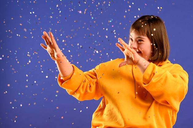 Симпатичная молодая девушка играет с блеском