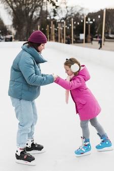 Дочь и мама на коньках вместе