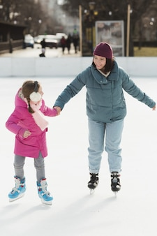 Мама и дочка на коньках