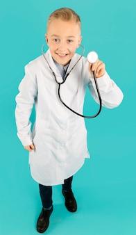 聴診器を保持している医者のフルショット