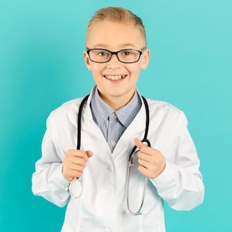 医者の制服を着ている愛らしい少年