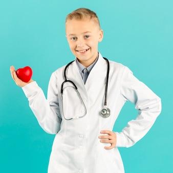 心臓正面を保持している愛らしい医師
