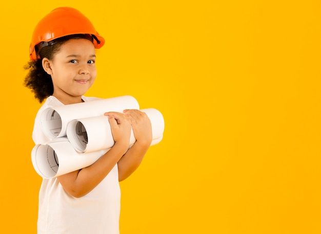 プロジェクトコピースペースを保持している若いエンジニア
