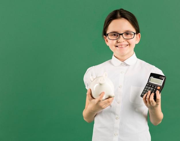 Молодой бухгалтер держит калькулятор копией пространства