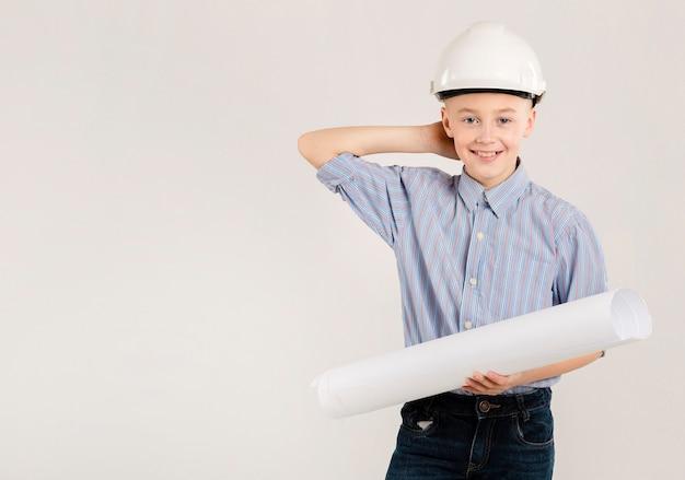 若い建設労働者のポーズ
