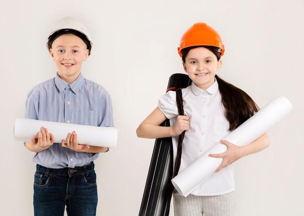 若い建設労働者ミディアムショット
