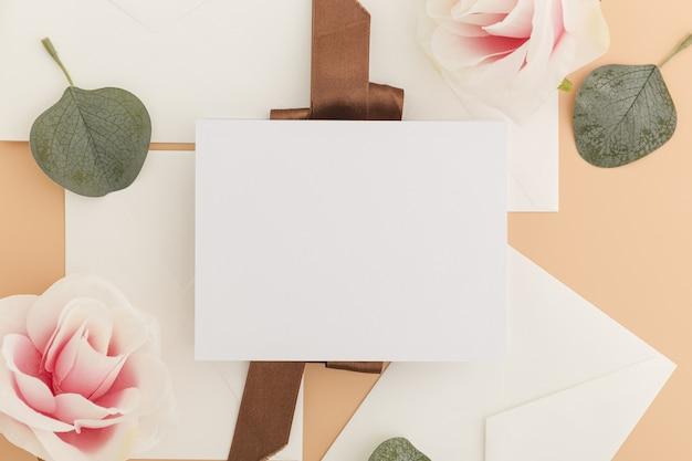 Вид сверху свадебного приглашения с копией пространства