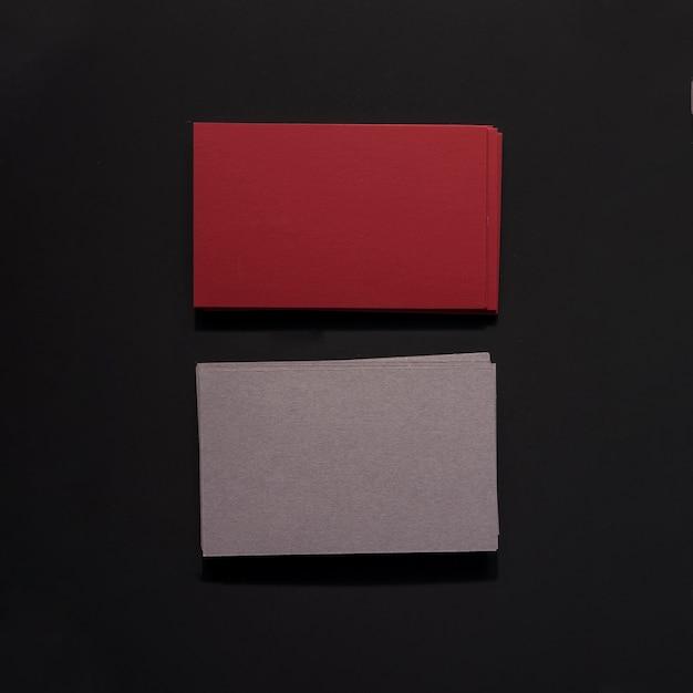 濃い赤と灰色の名刺