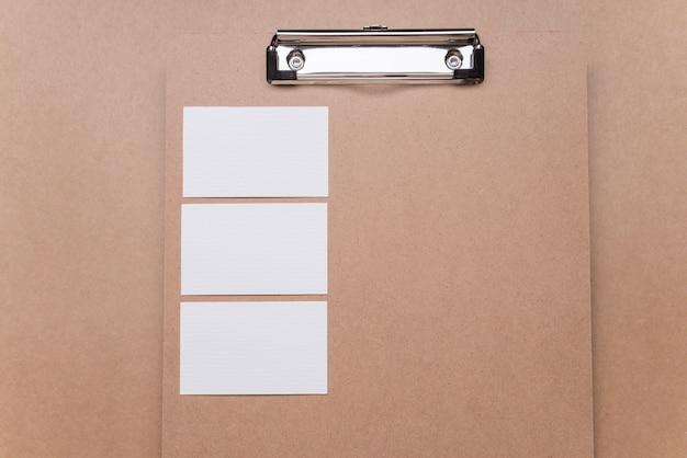 Пустая визитная карточка на деревянном буфере обмена