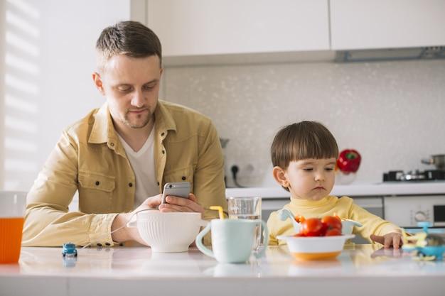 かわいい小さな子供と彼の父親の正面図