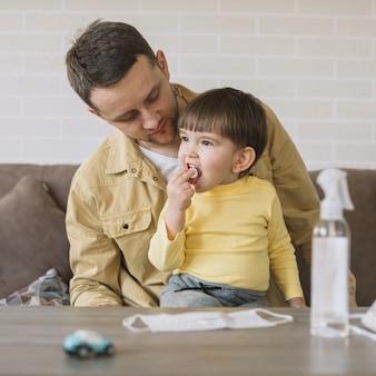 Отец смотрит на своего сына вид спереди
