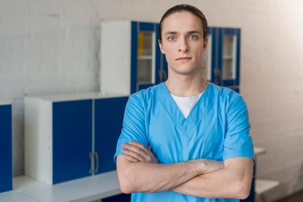 腕を組んで男性看護師