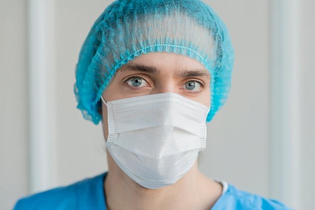 マスクを持つ肖像画の男性看護師