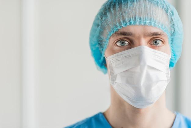 マスクと正面の男性看護師