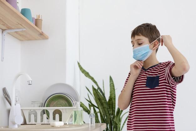 医療マスクをかぶる子供
