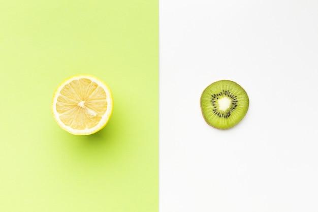 オレンジとレモンのスライスコンセプトのフラットレイアウト