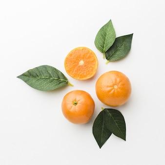 Вид сверху апельсина с концепцией листьев