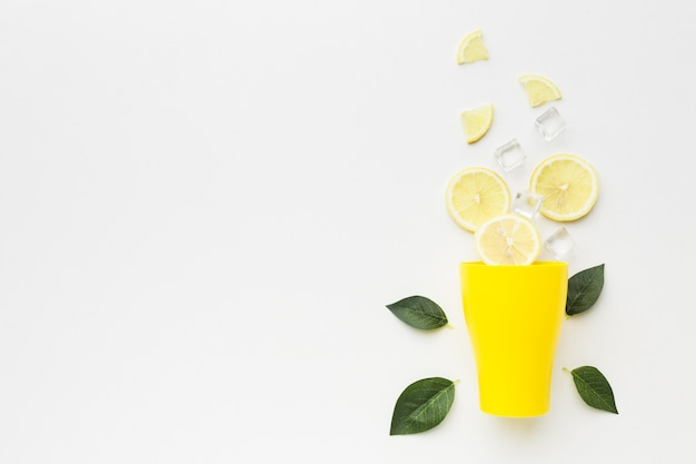コピースペースとレモンのコンセプトのトップビュー