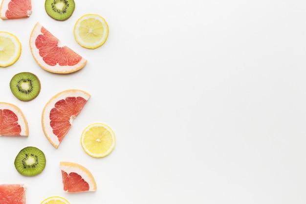 コピースペースとキウイと柑橘系の果物のトップビュー