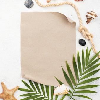 空白の紙の横にあるトップビューの葉