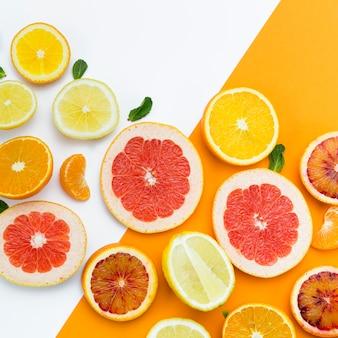 柑橘系の果物のスライスのトップビュー