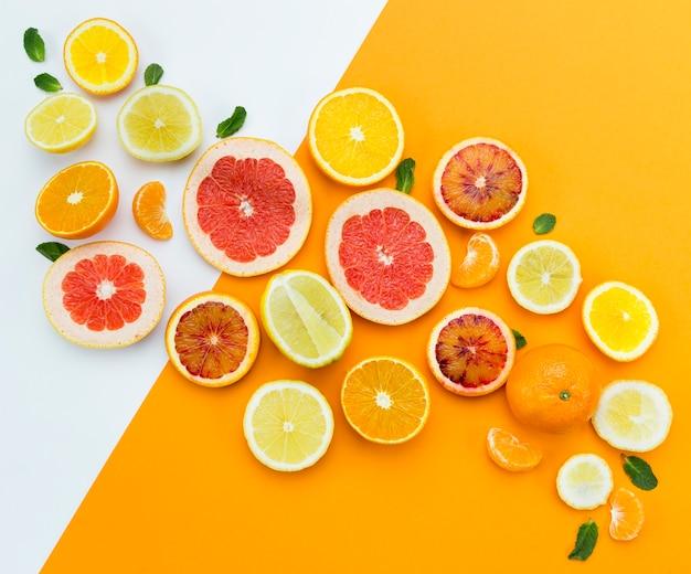 新鮮な果物のトップビュースライス
