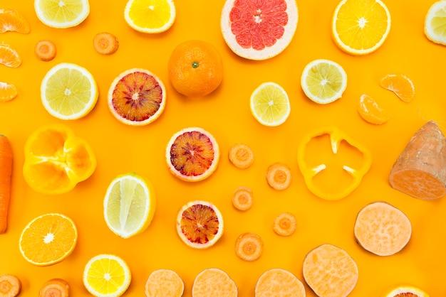 黄色の背景にさまざまなエキゾチックなフルーツ