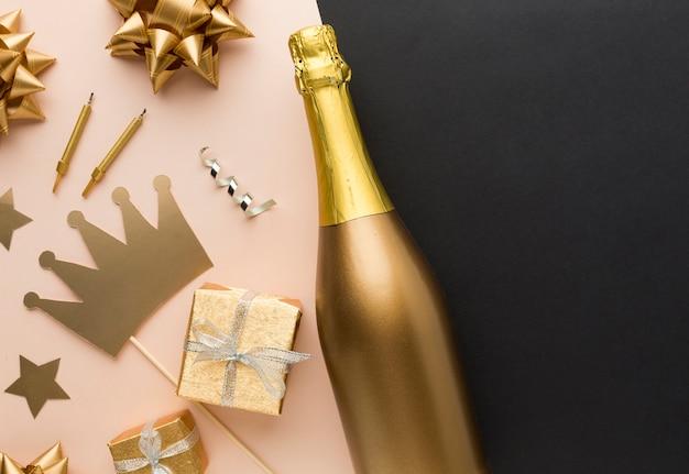 Вид сверху праздничных украшений и подарков