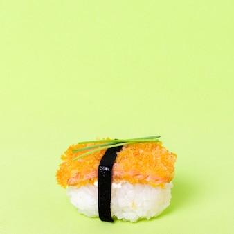 サーモンとコピースペースの新鮮な寿司