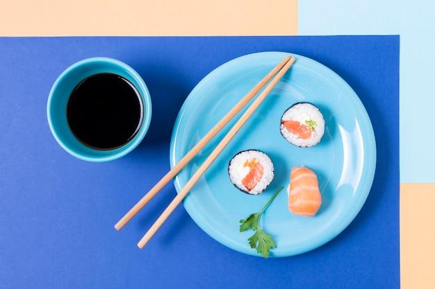 Тарелка с суши и палочками