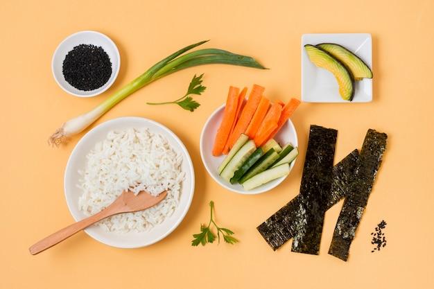 Процесс приготовления суши на плоской основе