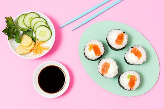Вид сверху суши роллы на тарелке