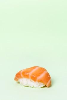 コピースペース付きの新鮮な巻き寿司