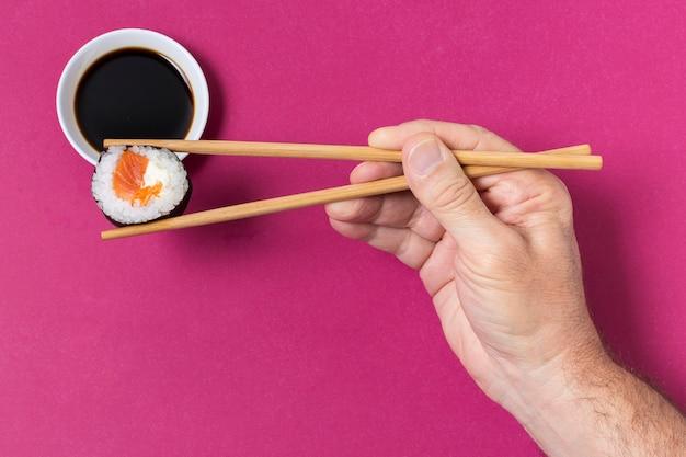 Процесс еды суши