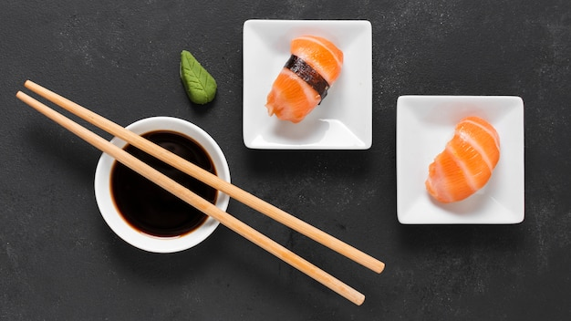 Вид сверху маленькие тарелки с суши