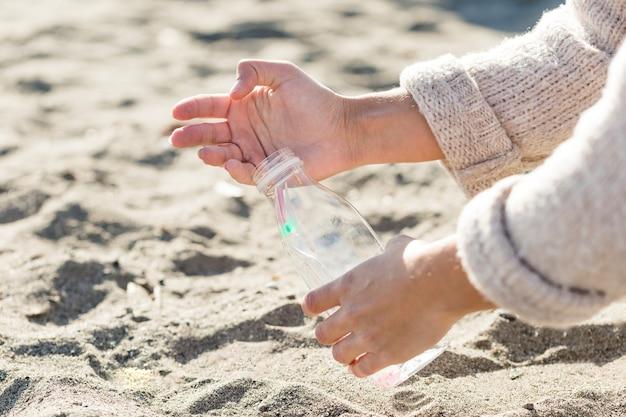 砂を掃除する女性