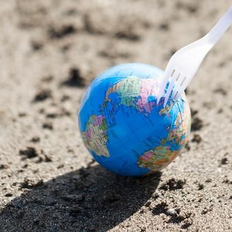Маленький глобус с пластиковой вилкой