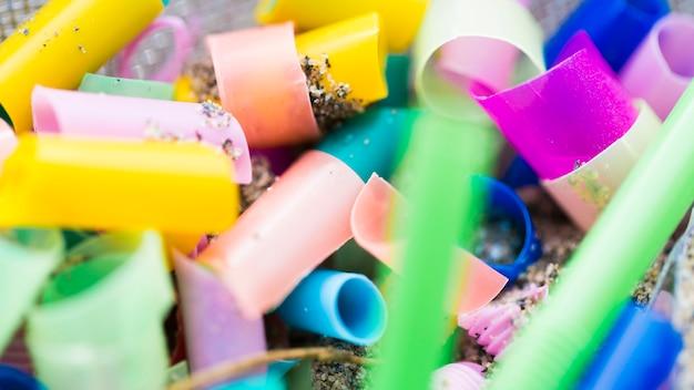 Макро пластиковые кусочки, собранные из моря