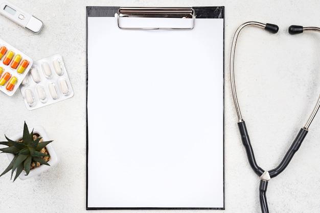 Ассортимент медицинского стола с пустым буфером обмена
