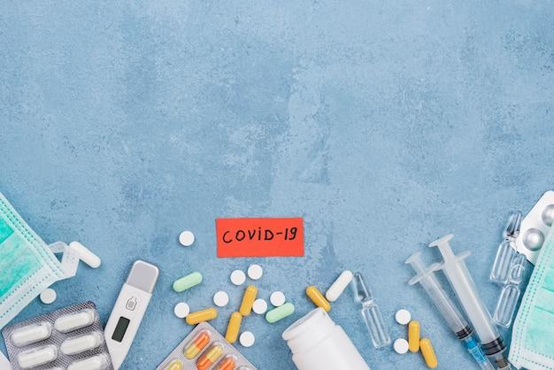 青いセメントの背景に医療要素の配置