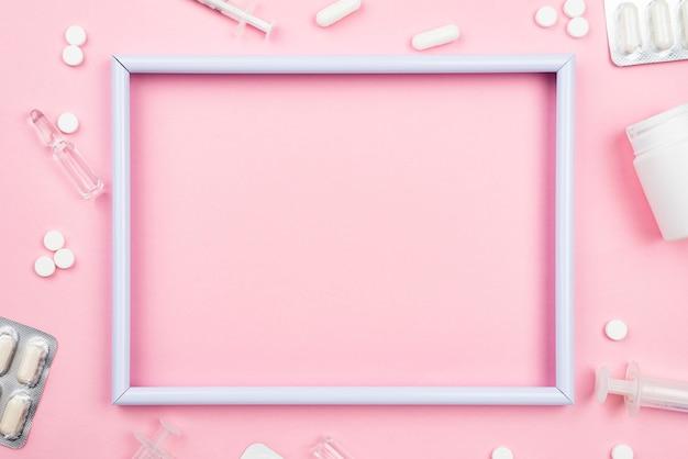 Пустая рамка на медицинском столе