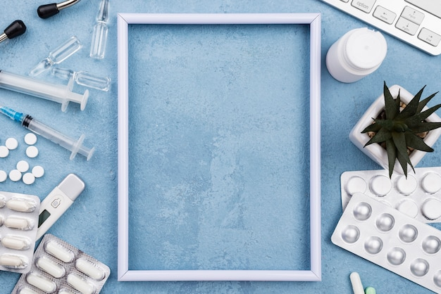 Пустая рамка на синем фоне цемента