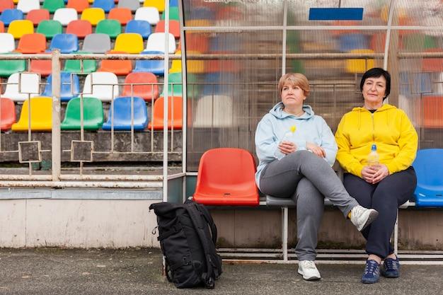Старшие женщины на стадионе отдыхают