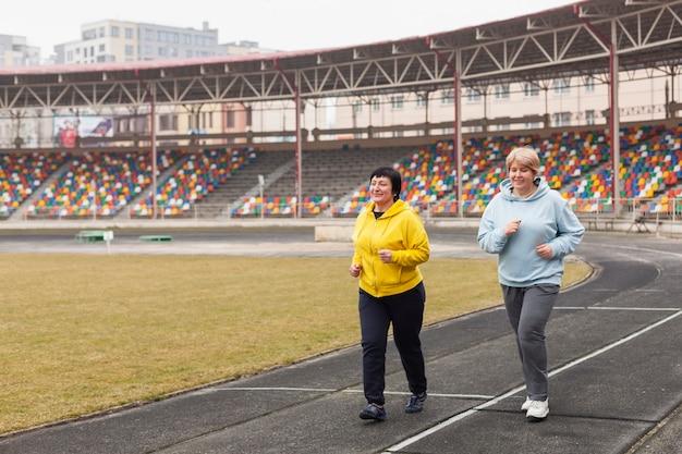 Старшие женщины бегут
