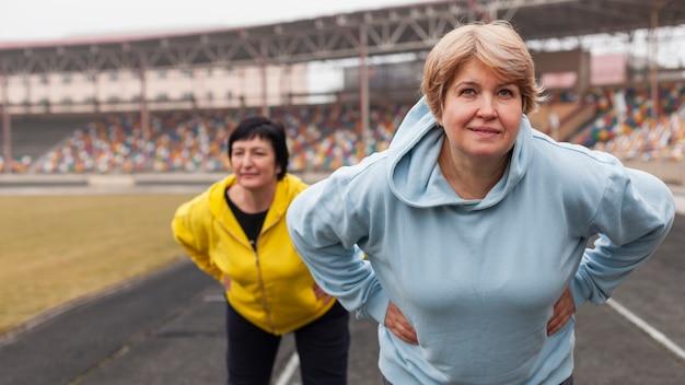 高齢者の女性がワークアウト