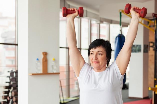 重みで運動している女性