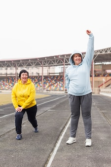 スタジアムでトレーニングする年配の女性