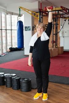 年配の女性がウェイトトレーニング